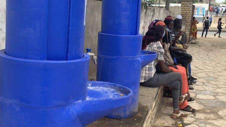 सेनेगल में डकार में सार्वजनिक धुलाई बेसिन