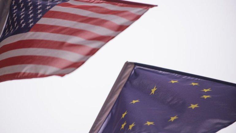 Banderas de EE.UU. y la Unión Europea,
