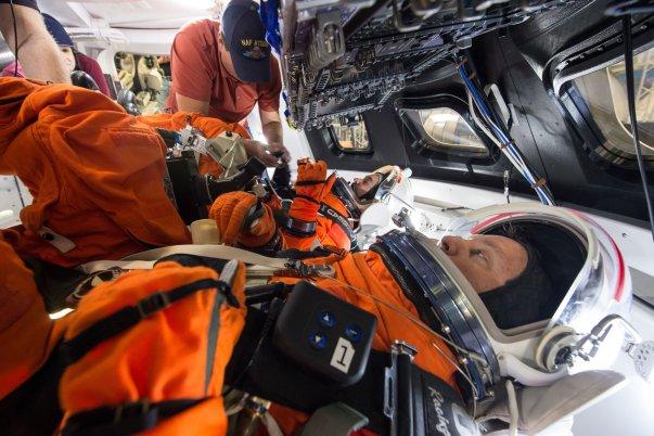 Astronautas dentro de un módulo espacial