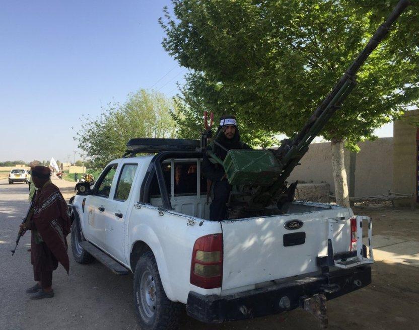 """118055052 talibanwithantiaircraftgun - """"Hemos ganado la guerra, EE.UU. ha perdido"""", señala el Talibán en Afganistán"""