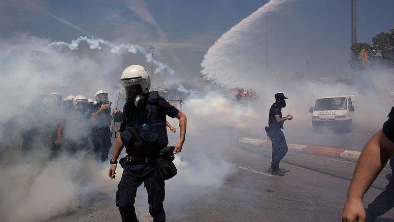 Policía antimotines usa chorros de agua y gas lacrimógeno para dispersar a la multitud en una protesta cerca de la Plaza Taksim en Estambul, Turquía, en 2013.