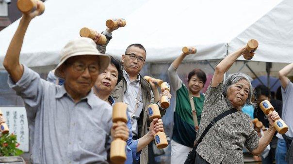 Adultos mayores haciendo ejercicio.
