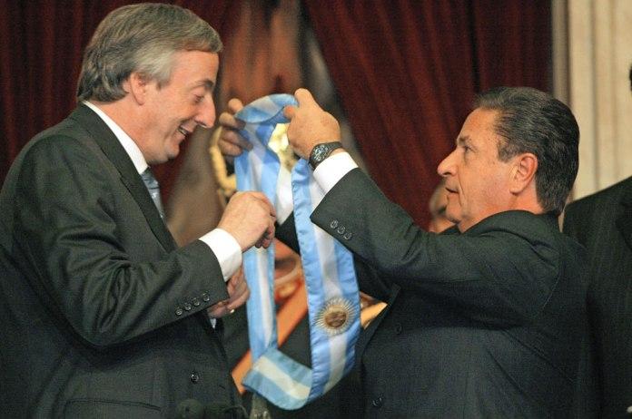 Néstor Kirchner recibe la banda presidencial del presidente saliente Eduardo Duhalde