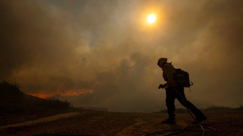 Les pompiers sont vus à l'approche du feu Silverado, près d'Irvine, en Californie