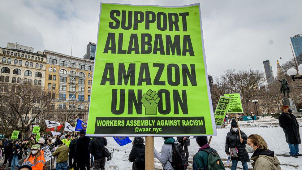 Protesta en Nueva York a favor de trabajadores de Amazon.