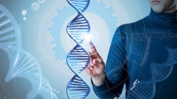Hombre con ilustración de genes