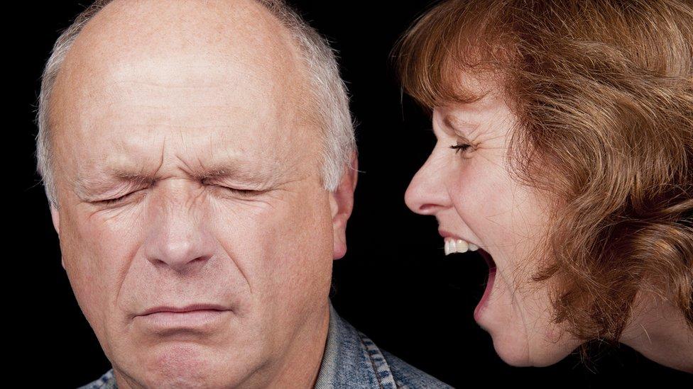 Una mujer le grita a su pareja