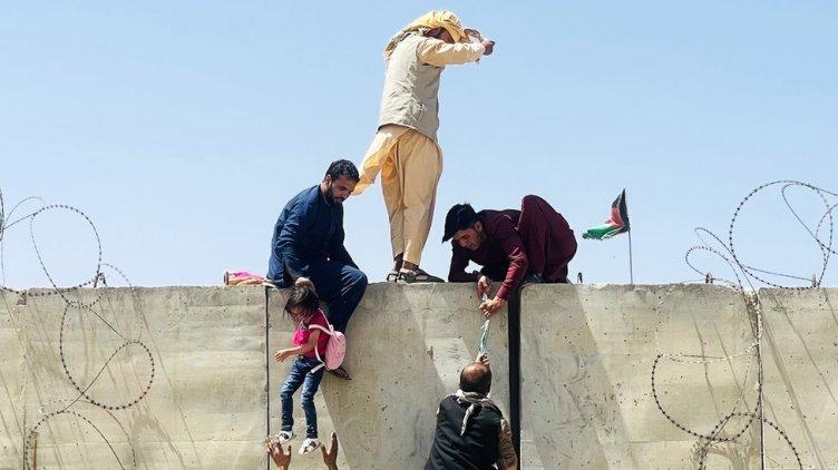 Afganos intentan entrar al aeropuerto de Kabul