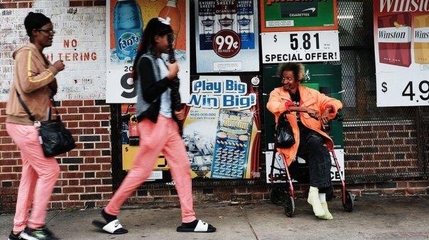 Dos mujeres negras caminan en frente a otro hombre en Florida.