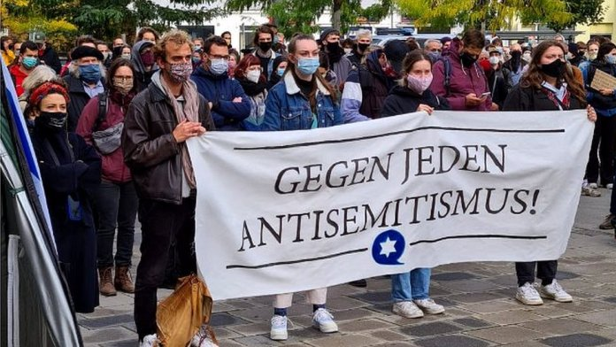 Jewish students in Germany gathered in Halle this week to give the two brothers a donation
