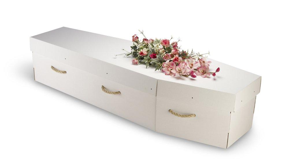 Entre las variantes de entierros ecológicos se encuentra usar ataúdes de cartón en vez de otros materiales.