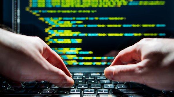 manos sobre computadora