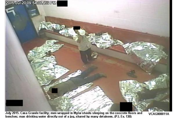 Un grupo de detenidos dentro de una de las celdas de detención de CBP.