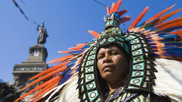 Persona con ropa azteca.