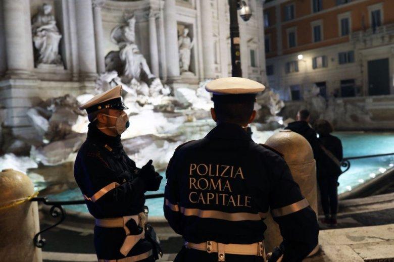 Policía ante la Fontana di Trevi, en Roma, Italia.