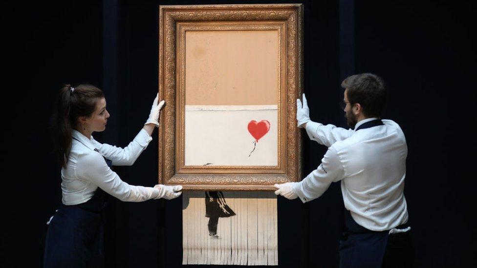 Banksy programó una trituradora para destruir su obra A Girl with Balloon justo después de que se vendiera en la casa de subastas de Sotheby en Londres.