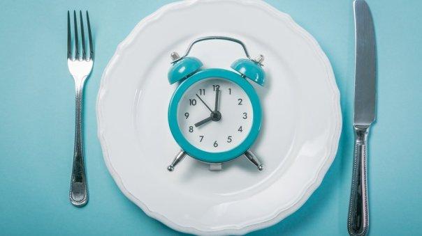 Las sorprendentes maneras en que las horas a las que comemos afectan a tu peso y tu salud