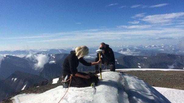 Gunhild Ninis Rosqvist realizando mediciones de la cumbre Kebnekaise, durante la ola de calor, en Suecia.