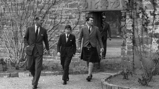 Carlos llegando a Gordonstoun con su padre