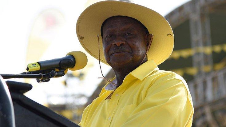 युगांडा के राष्ट्रपति योवेरी मुसेवेनी ने पीले - 2016 में कपड़े पहने