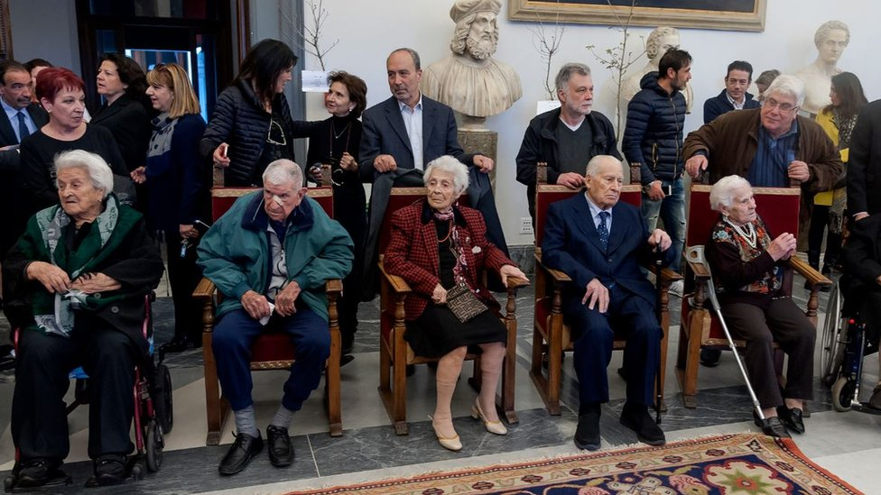 A group of centenarians before the meeting with the Mayor of Rome in 2018