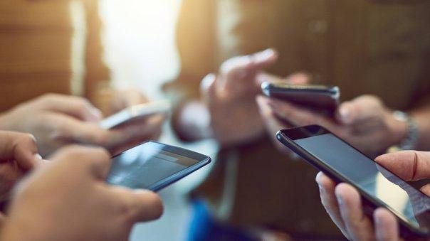 Gente usando el celular.