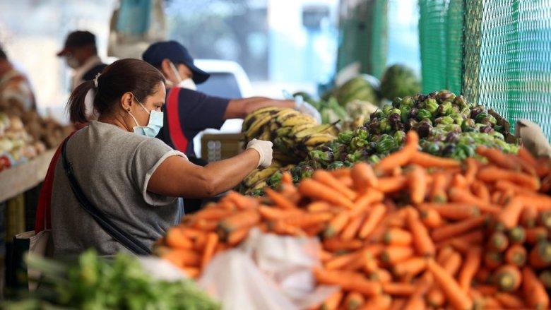 Mujer en un mercado en Caracas, Venezuela