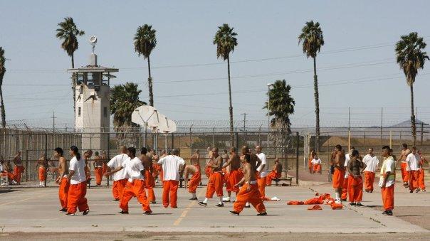 Prisioneros en el patio de una cárcel