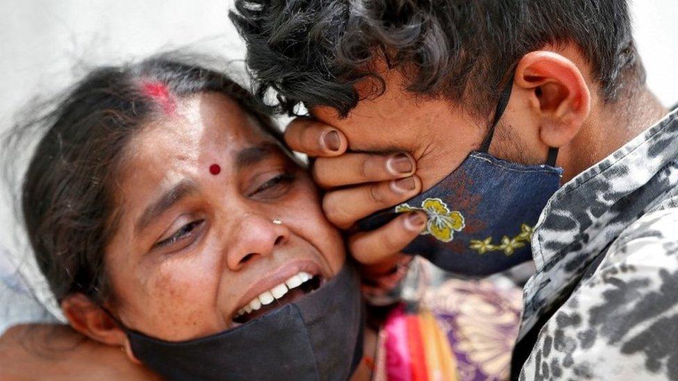 Una mujer llora la muerte de su marido.