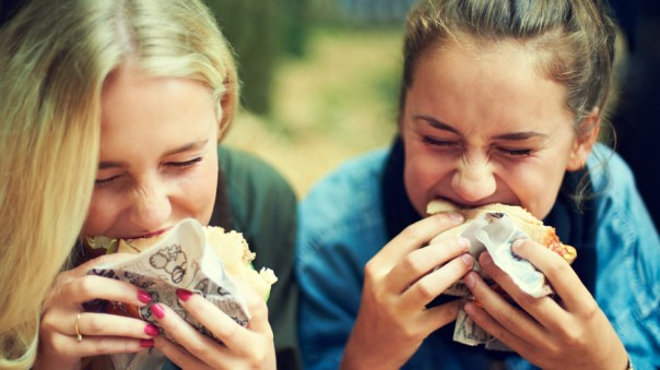 Jóvenes comiendo un sánduich