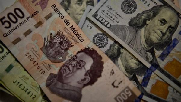 Billetes de pesos mexicanos y dólares estadounidenses.