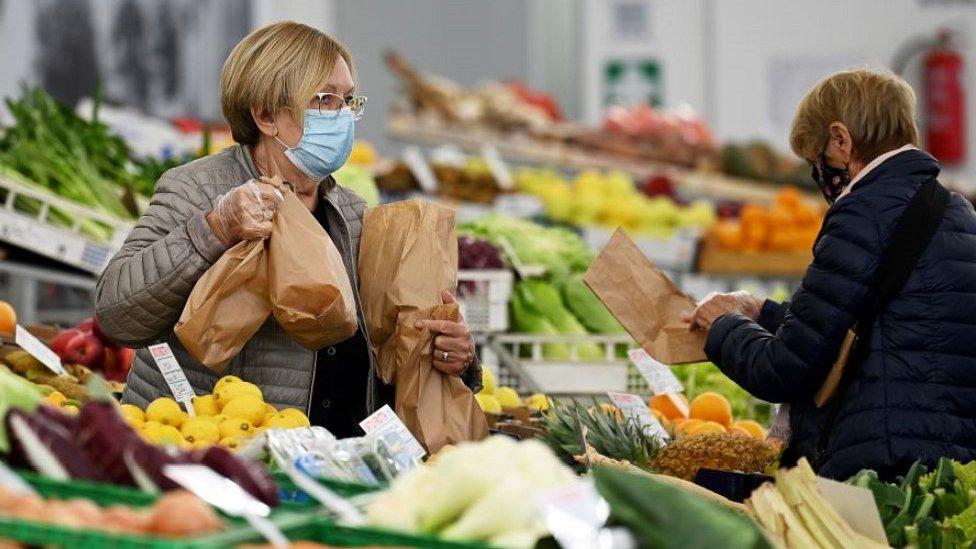 Marché de fruits et légumes à Varazze, dans le nord de l'Italie, 5 novembre 20