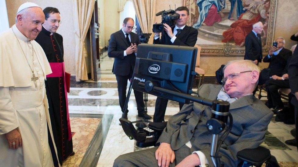 El papa Francisco y Stephen Dawking en el Vaticano el 28 de noviembre de 2016.