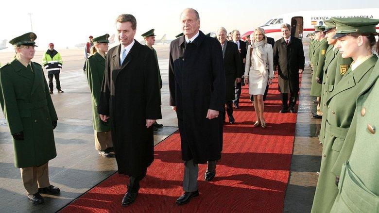 Corinna zu Say-Wittgenstein camina detrás del rey Juan Carlos I en un viaje a Alemania en 2006