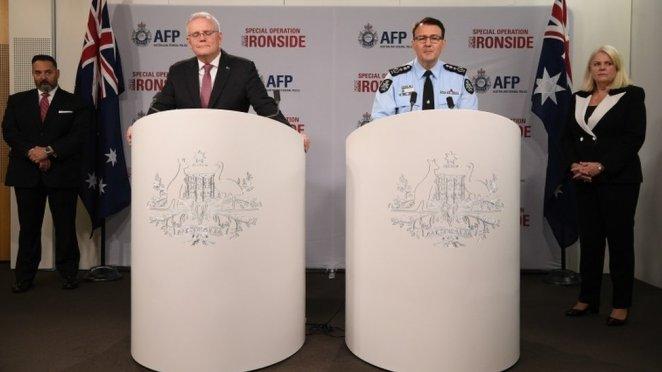 Avustralya Başbakanı Scott Morrison (solda) ve Avustralya Federal Polis Müdürü Reece Kershaw bir basın toplantısı düzenledi