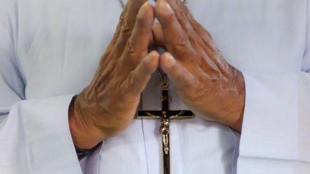 Una persona rezando