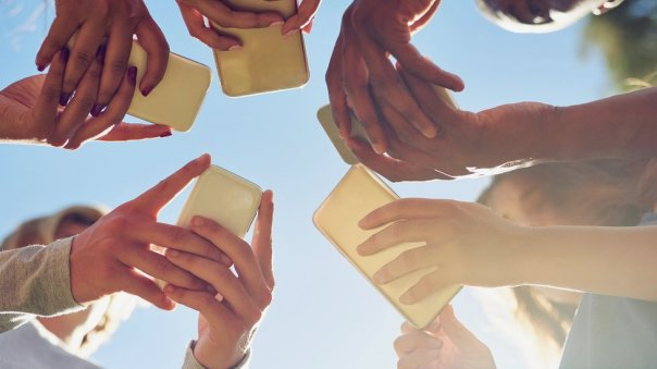 Grupo de personas con celulares.