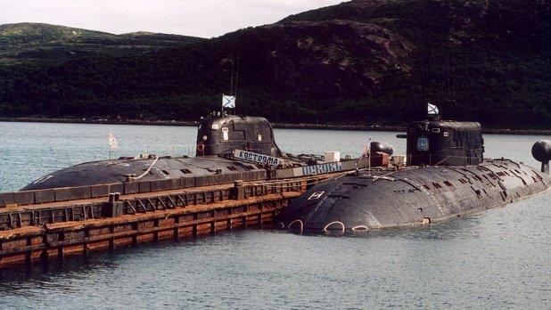 Submarinos rusos siendo remolcados.