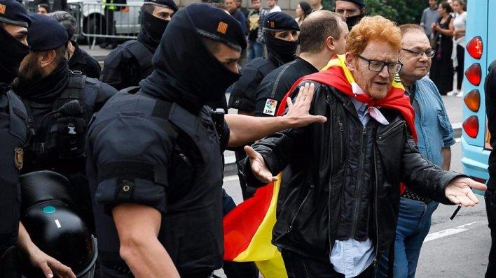 98098965 p05ht50f - Catalonia referendum: Violence as police block voting
