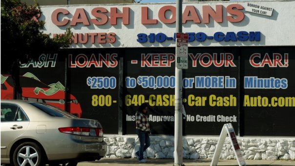 Negocio de préstamos dando un auto como garantía.