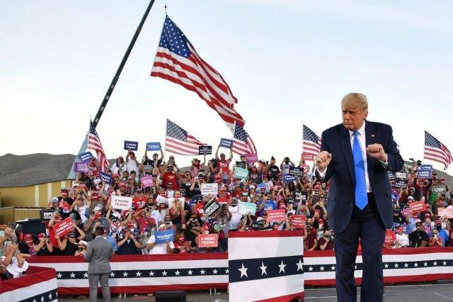 Trump danse lors d'un rassemblement à Carson City