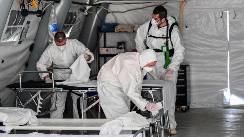 En Italia han tenido que instalar carpas afuera de los hospitales debido al colapso del sistema de salud.