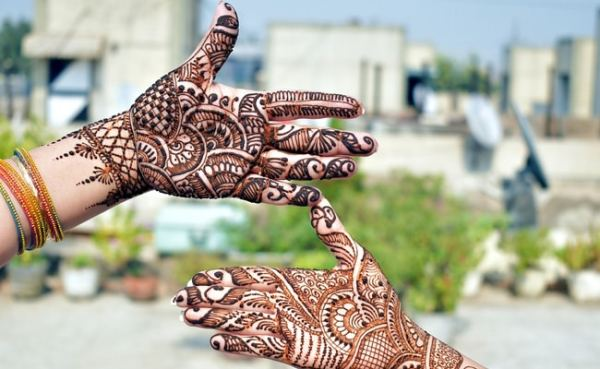 Karwa Chauth 2019: How to Get Dark Mehndi With These 7 Tips and Tricks