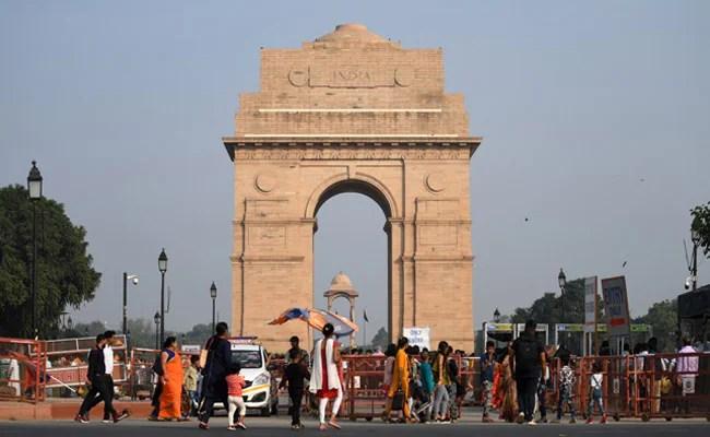 दिल्ली और आसपास के इलाकों में शुक्रवार को भूकंप के झटके महसूस किए गए, जिससे लोग अपने घरों से बाहर निकल गए।