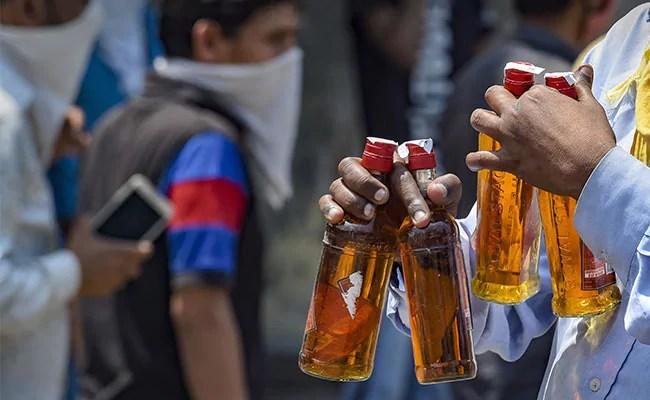 पूर्व भाजयुमो जिला कलक्टर-ठेकेदार ने कार्यालय से शराब बेचकर 'आपदा में अवसर' की खोज की