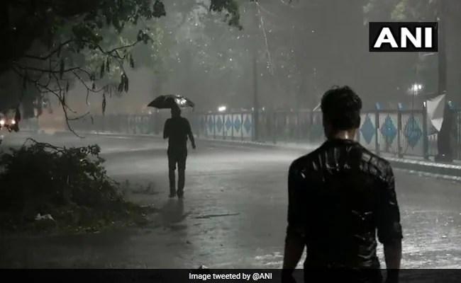 96 किमी प्रति घंटे की हवाओं के साथ गरज के साथ आंधी-तूफान के बाद कोलकाता का द्रिश्य