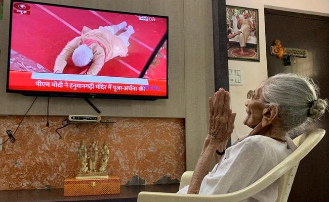 पीएम मोदी की मां ने देखा टीवी पर अयोध्या मंदिर समारोह