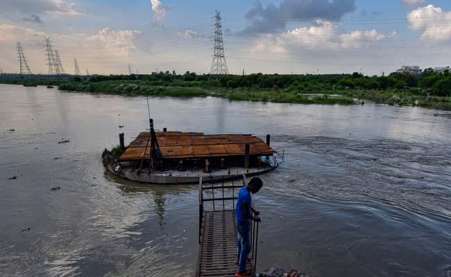 यमुना नदी दिल्ली में चेतावनी स्तर के पास बहती है;  आगे भी बढ़ सकते हैं