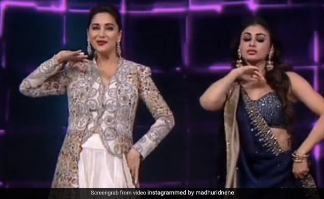 माधुरी दीक्षित और मौनी रॉय ने 'तारीफां' गाने पर किया क्लासिकल डांस, एक्सप्रेशंस देख अक्षय कुमार भी हो गए हैरान