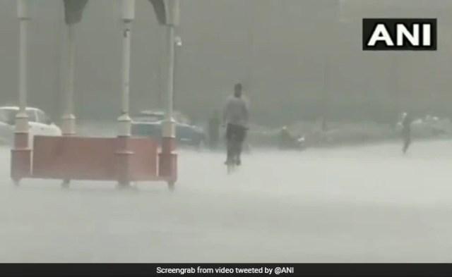 हैवी रेन, थंडरस्टॉर्म हिट दिल्ली, कई इलाकों में जलभराव
